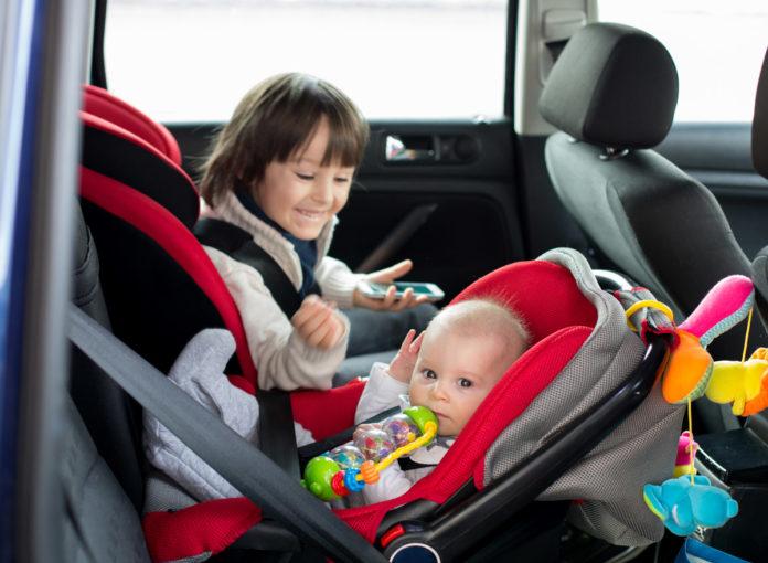 Unterwegs in Babyschalte und Kindersitz im Auto