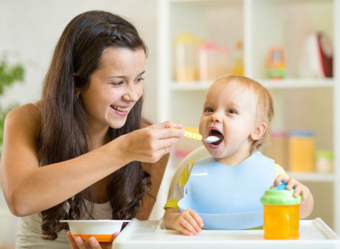 Babys essen Brei
