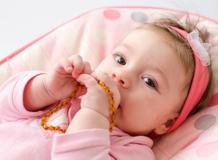 Eine Bernsteinkette für das Baby