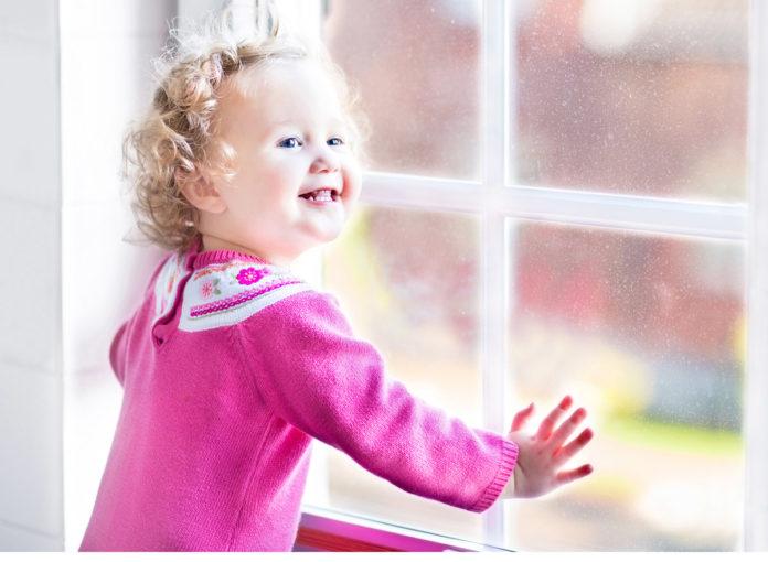 Ein Plissee macht den optimalen Lichtschutz im im Kinderzimmer und Babyzimmer