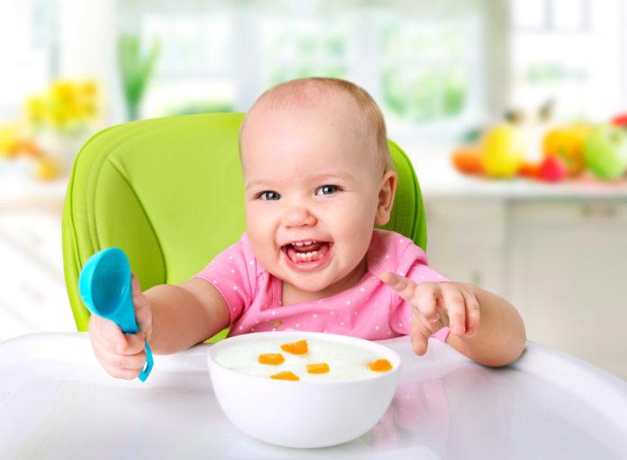 Babys lernen mit Besteck zu essen