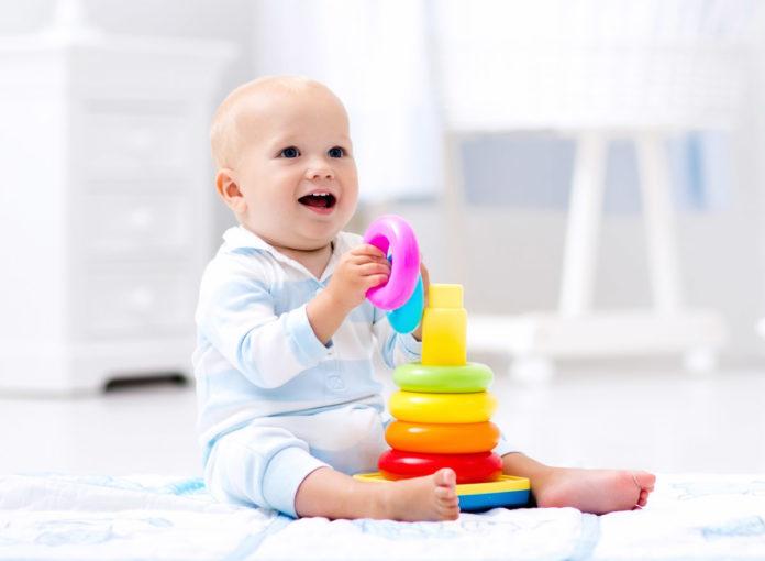 Sinnvolles Lernspielzeug für Babys bis 12 Monate