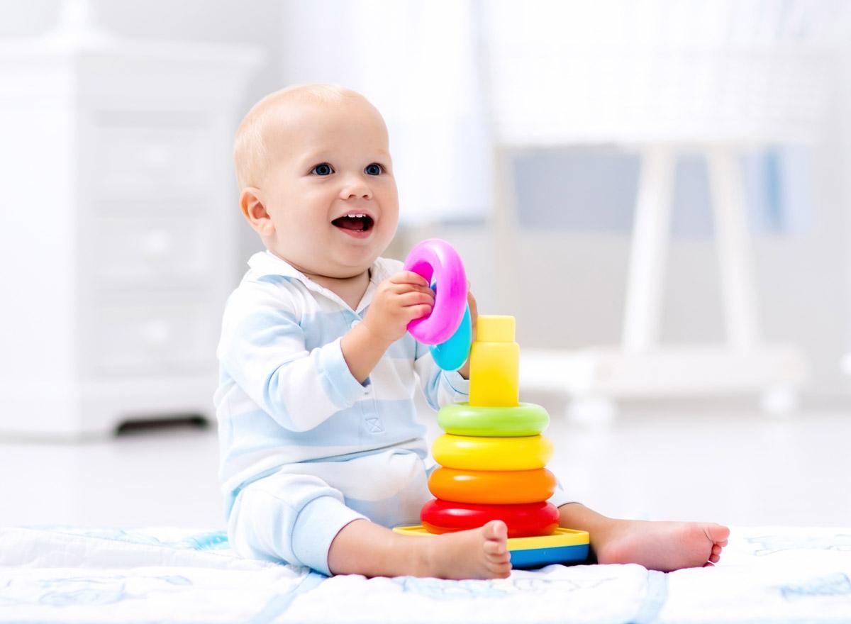 lernspielzeug sinnvolles baby spielzeug f r die ersten 12. Black Bedroom Furniture Sets. Home Design Ideas