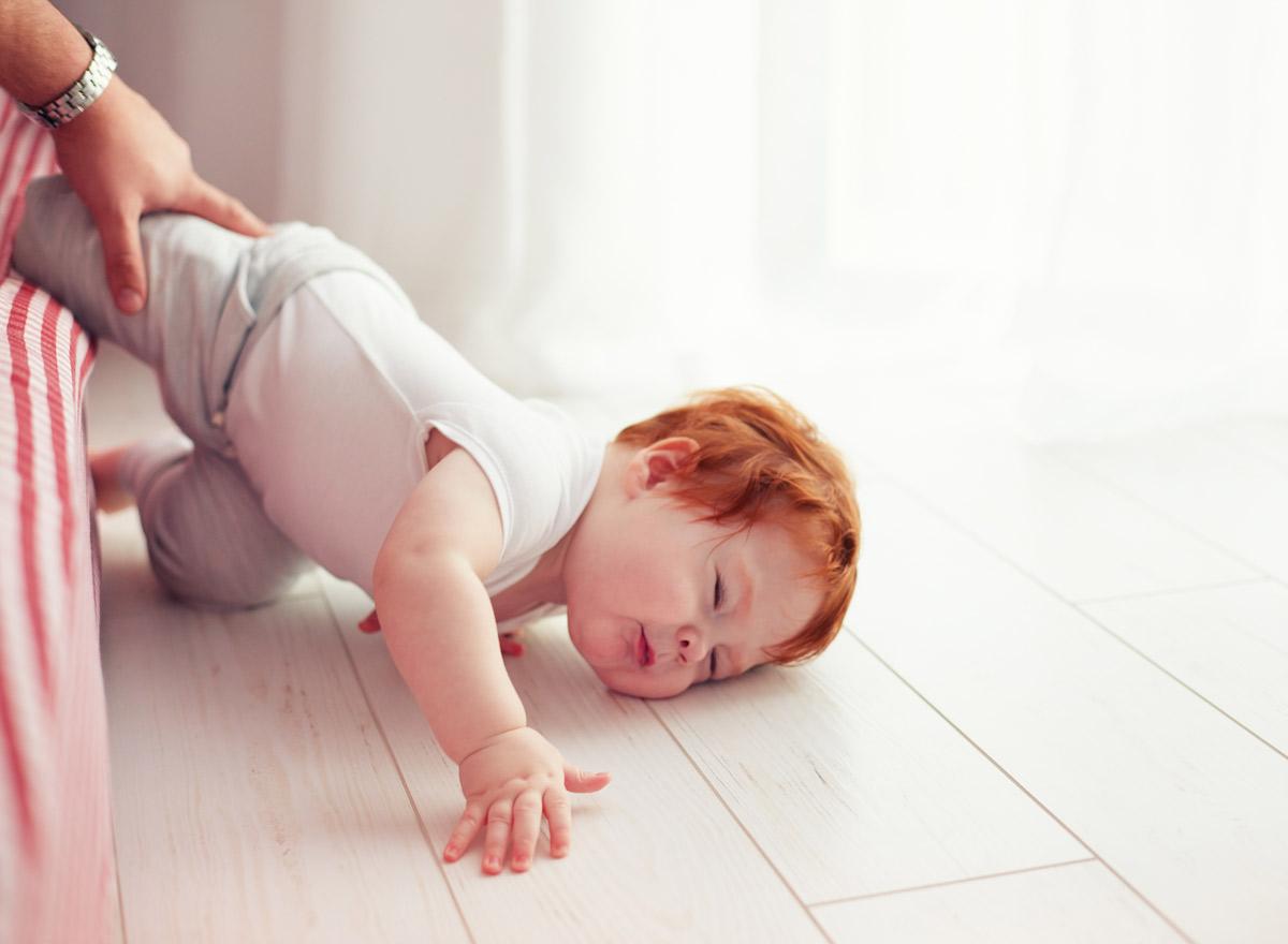 Baby-ist-vom-Bett-gefallen-was-tun