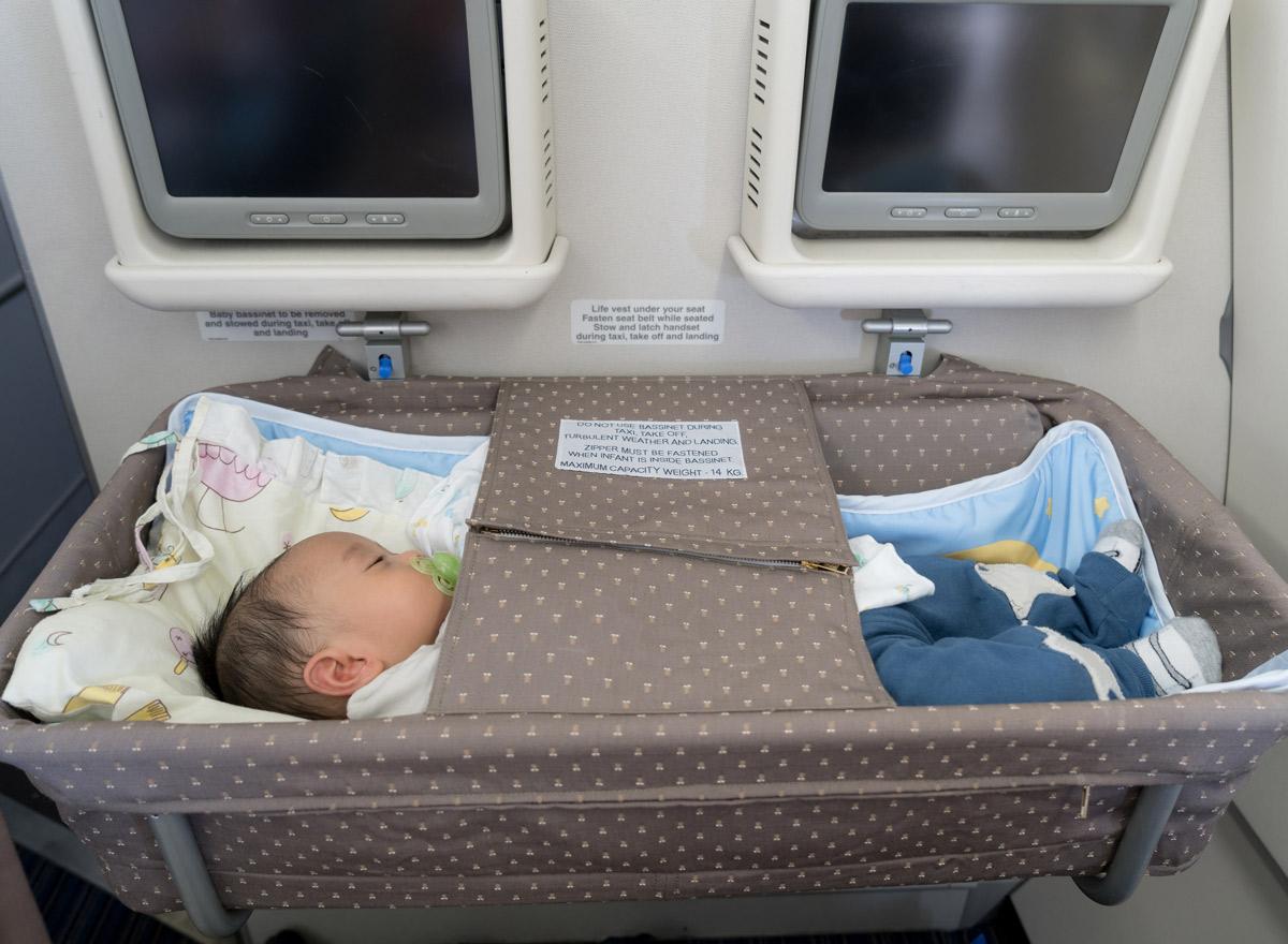 Bassinet Babybett im Flugzeug