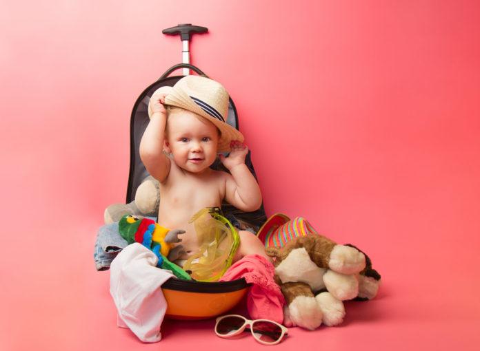 Baby sitzt im Handgepäck