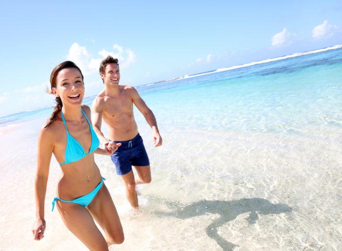 Paar ohne Kinder im Urlaub am Strand