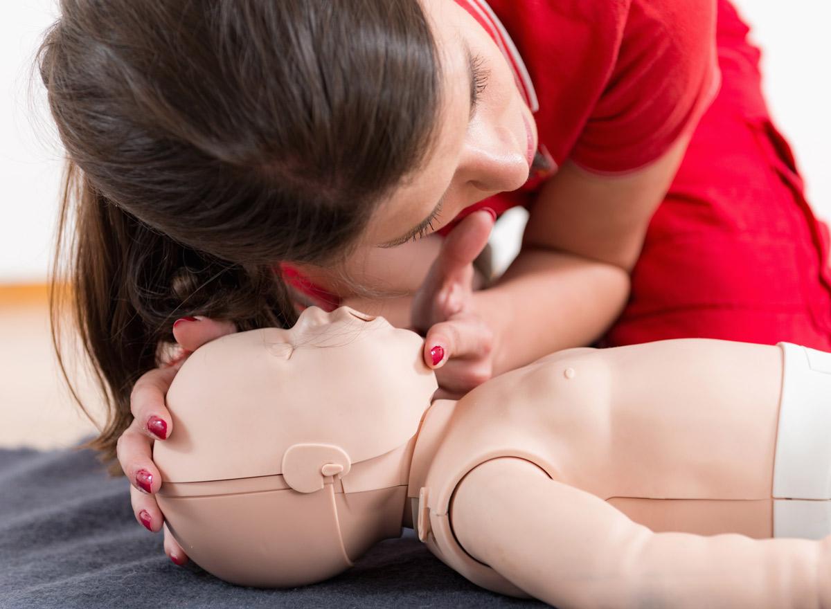 Atemkontrolle-bei-einem-bewusstlosen-Kind