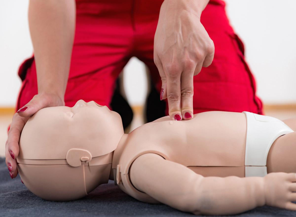Herzdruckmassage-bei-einem-Baby