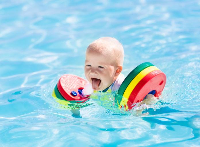Ein Baby kühlt sich im Pool ab