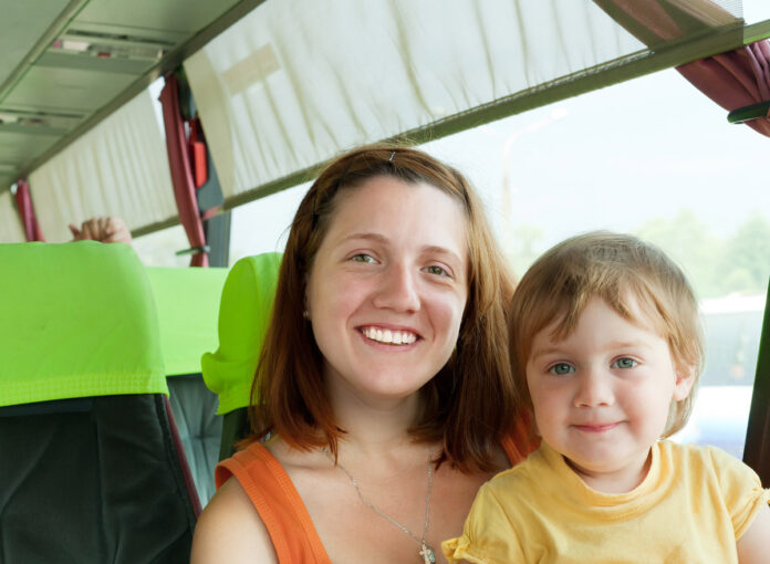 Frau mit Kleinkind im Bus