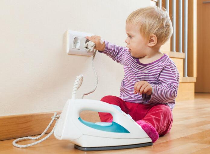 Baby in Gefahr durch Steckdose und Bügeleisen