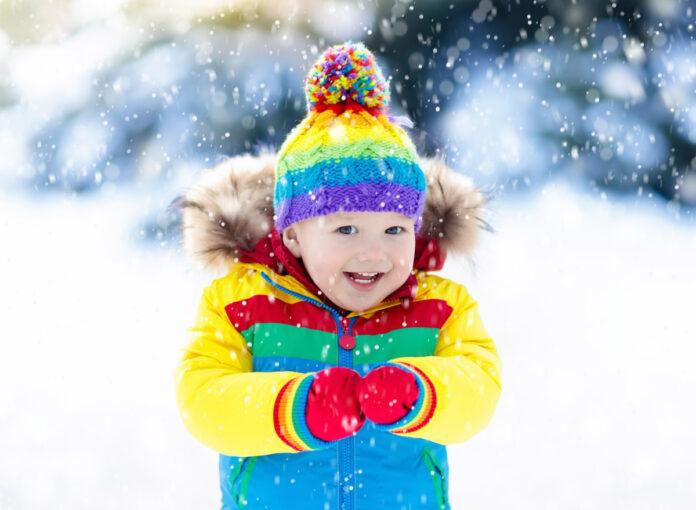 Kind im Schneeanzug