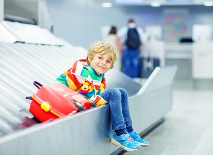 Kind wartet am Flughaben nach Flugausfall