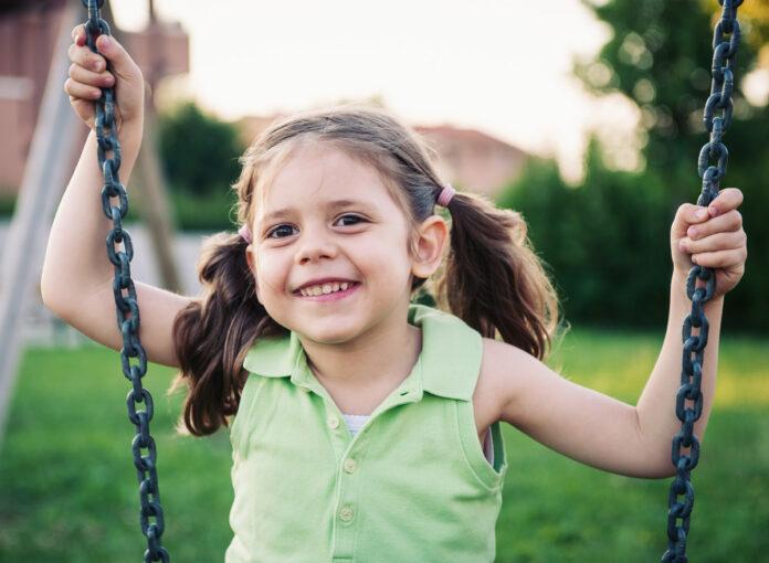 Eine Schaukel oder Rutsche im Garten freut alle Kinder