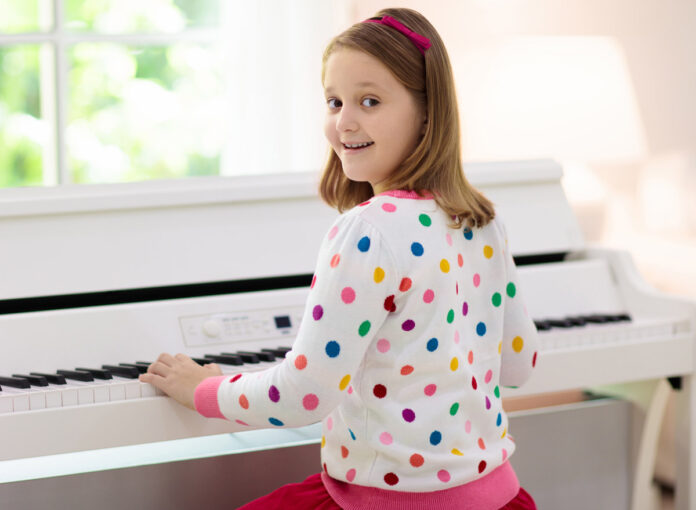 Kinder lernen Klavier spielen am besten, wenn sie es regelmäßig tun